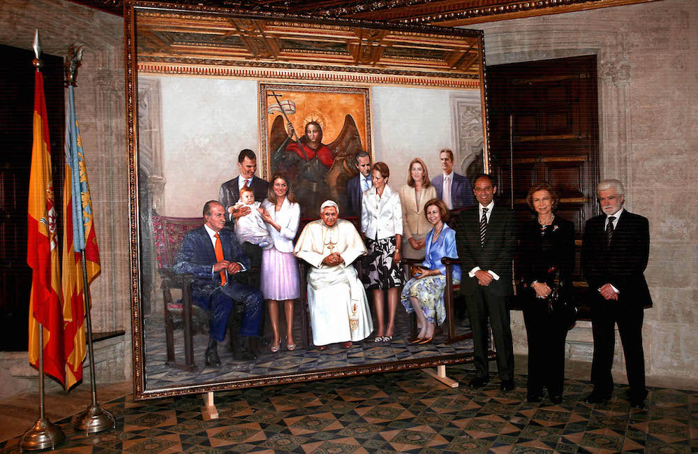 Portrait of the Royal Family with the Pope Benedict XVI   Valencia 20-03-07   The former president of the Valencian Regional Government Francisco Camps with the Queen Sofia. The painting remembers the visite of the Pope Benedict XVI to Valencia. In the photograph, the Queen Sofia with Francisco Camps and the painter, Traver Calzada