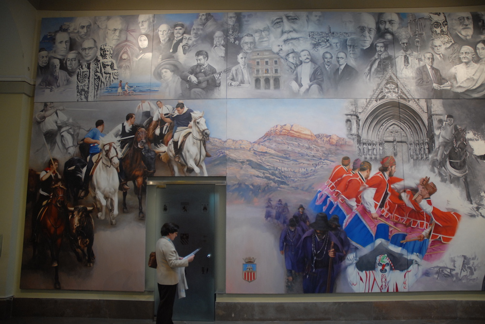 It is the biggest mural of the pictorial suite. It is dedicated to different festive expressions of the regions of Castellón, as the Sanantonà of Forcall, the warrior dance of Todolella, the entry of bulls and horses of Segorbe, the pilgrims of the Useras, etc.. On the top, there are some portraits of glorious characters of the provincial history.