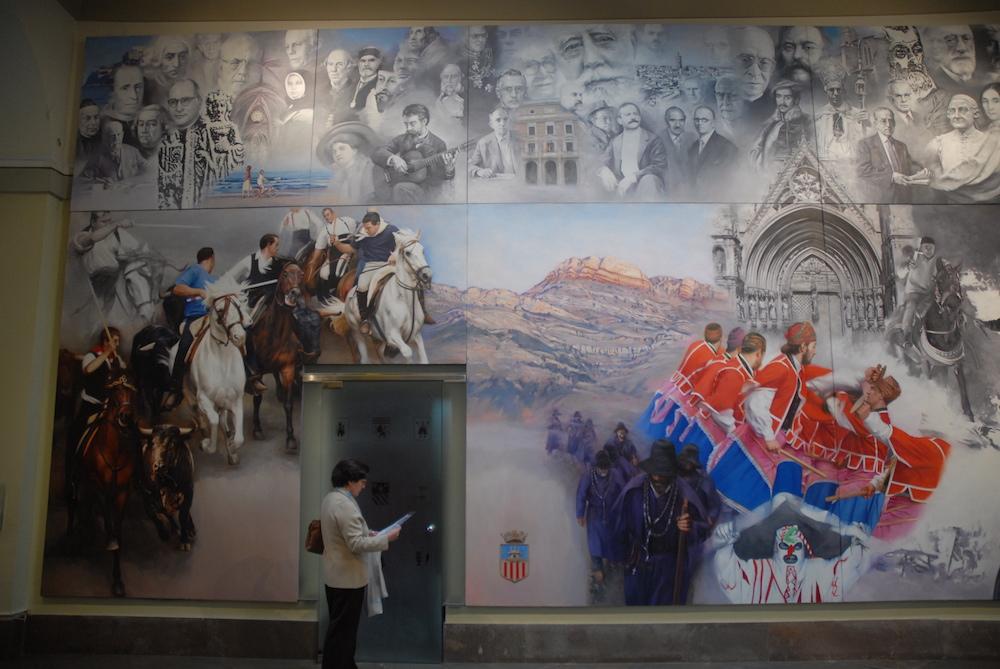Es el mural más amplio del conjunto. Está dedicado a una serie de manifestaciones festivas de las comarcas de Castellón, como la Santantonà de Forcall, la danza guerrera de Todolella, la Entrada de Toros y Caballos de Segorbe, els pelegrins de Les Useres, etc. En la parte superior se exhiben retratos de gloriosos personajes de la historia provincial.