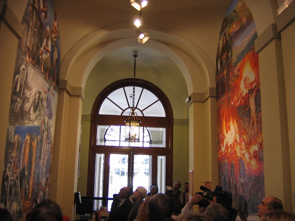 It is the first mural next the entry of the Palace of the Provincial Council by the side of the square of Las Aulas, in the left side, evokes the witchcraft of the solstice of the night of Saint John and, at the same time, the monastic spirituality.