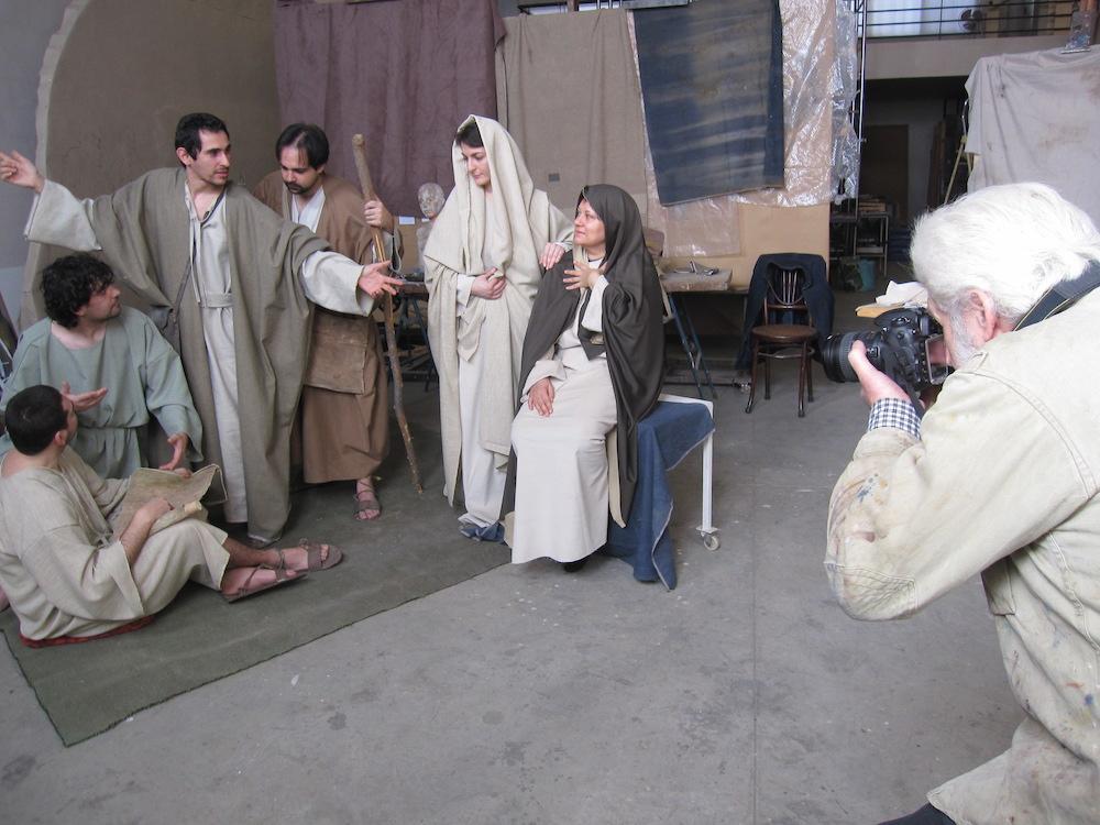 Traver Calzada fotografiando a los modelos del cuadro Los discípulos de Emaús