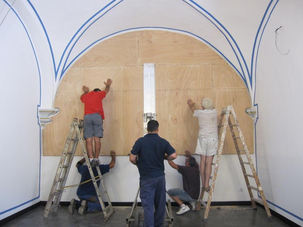 El bastidor se fija en la pared mediante un complejo marco de hierro.