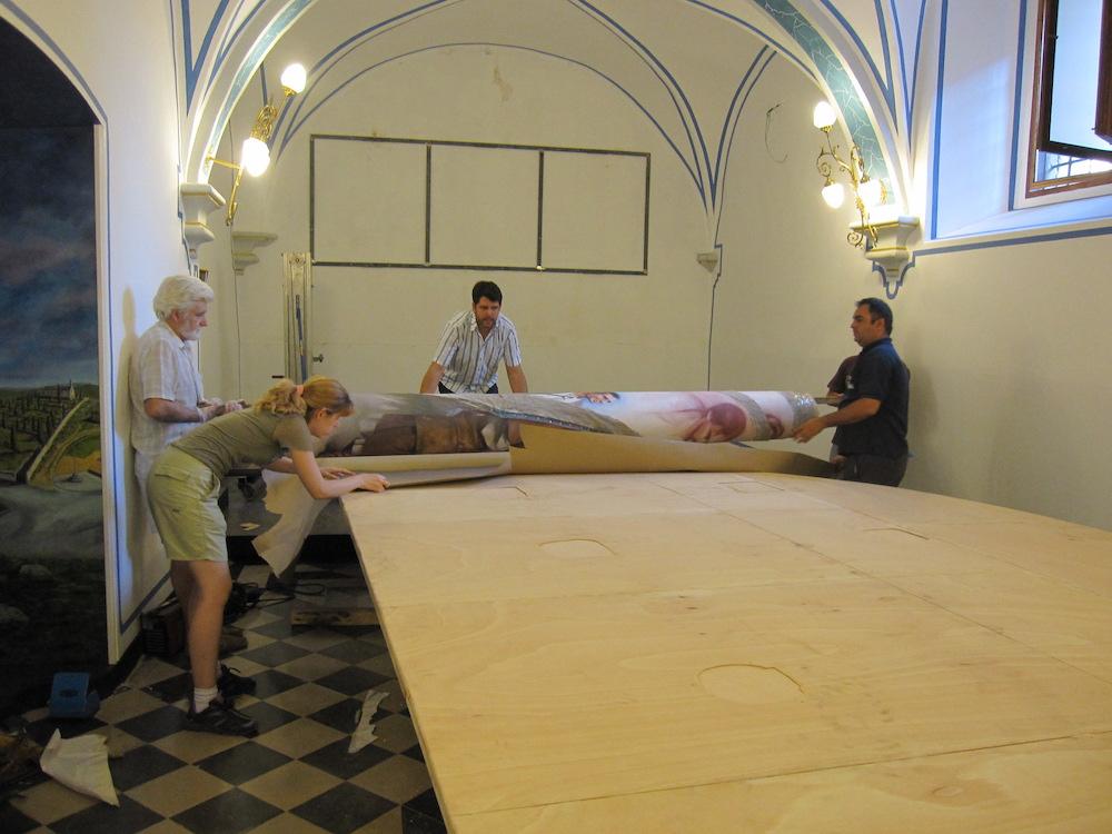 La tela, una vez dentro de la capilla, se vuelve a montar sobre el bastidor.