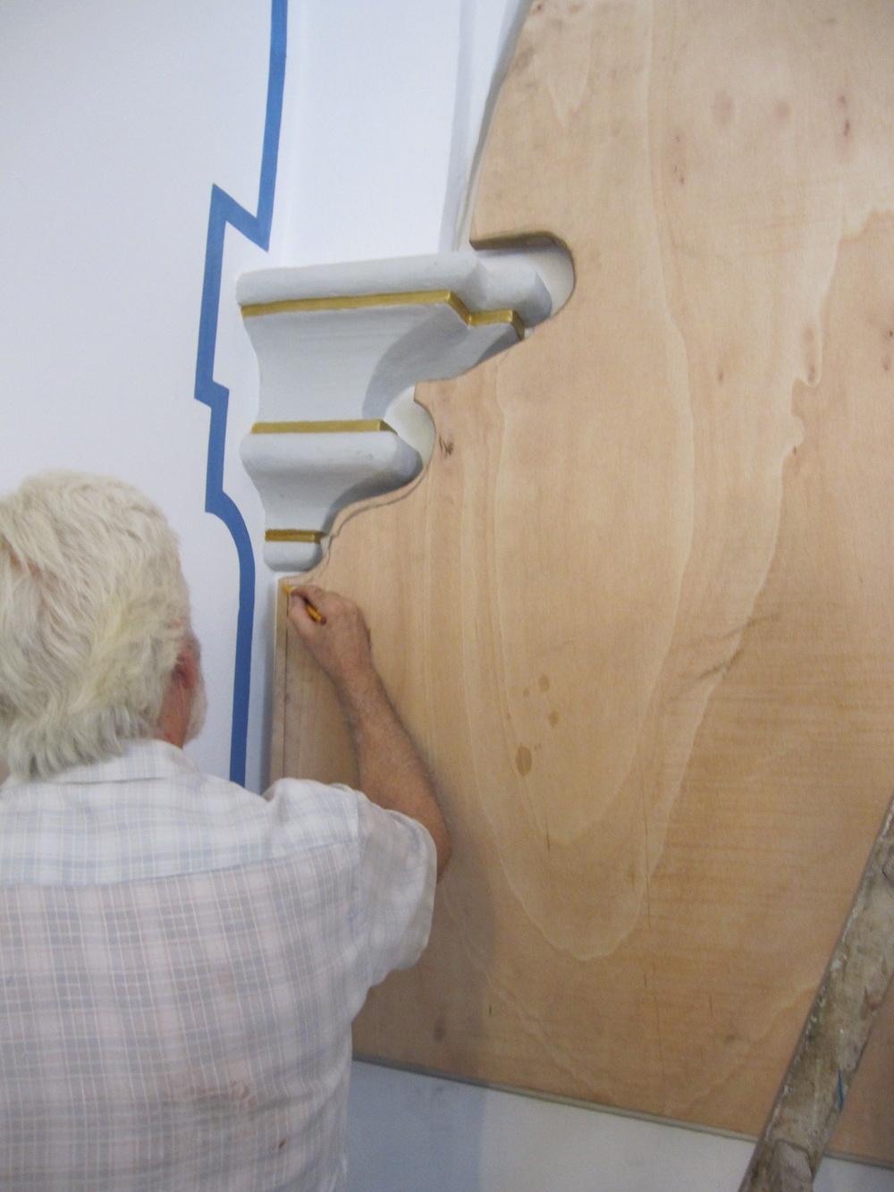 Para que el bastidor se ajuste a la voluta de la pared, hay que recortarlo siguiendo perfectamente el dibujo.