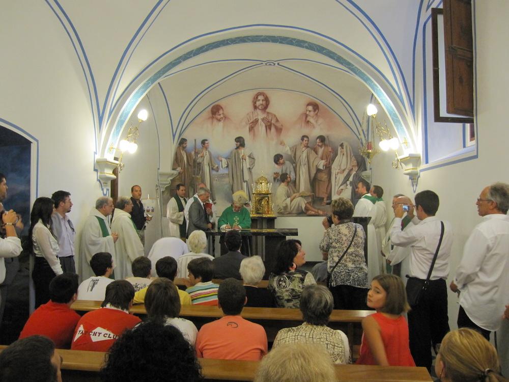 El cuadro Discípulos de Emaús es inaugurado oficialmente y bendecido por el obispo.