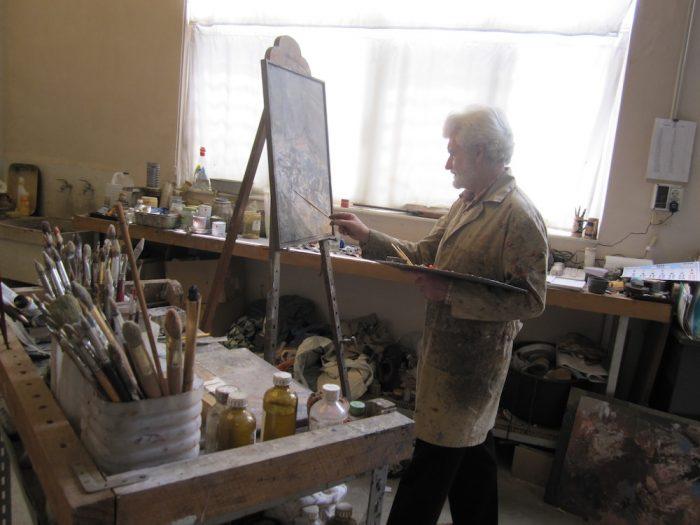 Traver-Calzada-pintando-en-su-estudio-700x525